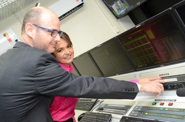 Vice-Prefeita de Erechim e o diretor-geral, Antonio Tigre, apertaram o botão  (Foto: André Fotos/Divulgação )