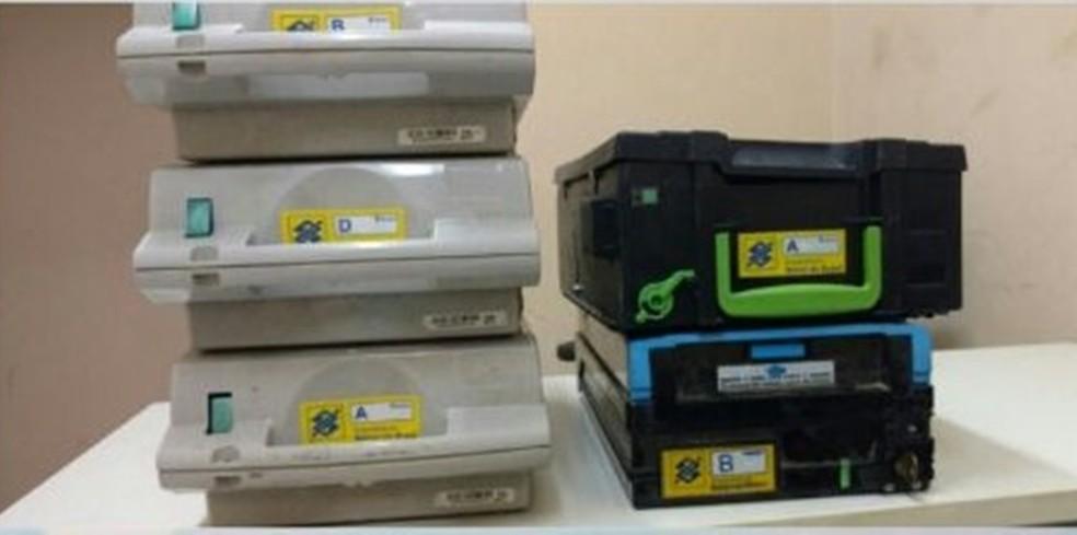 Cinco gavetas de caixas eletrônicos foram apreendidos com o comerciante  (Foto: Divulgação/Polícia Militar)