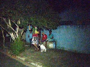 Moradores esperam na rua por retorno de energia em Cosmópolis (Foto: Vaner Santos/Reprodução EPTV)