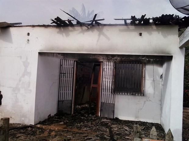 Fachada da casa incendiada no município de Rosário, MA (Foto: Carlinhos Cruz/Rosário em Foco)