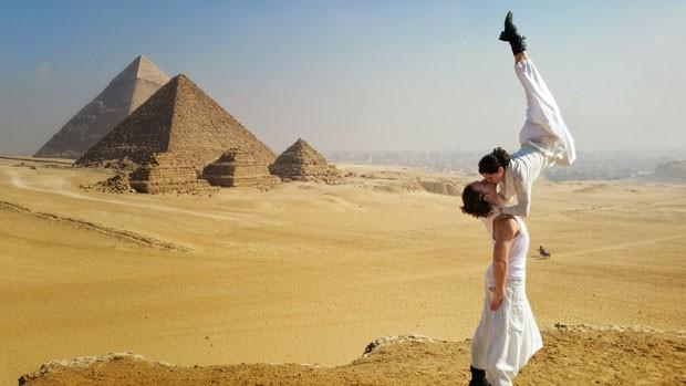 O casal de acrobatas Cheetah Platt e Rhiann Woodyard no Egito (Foto: Cheetah Platt/Arquivo pessoal)