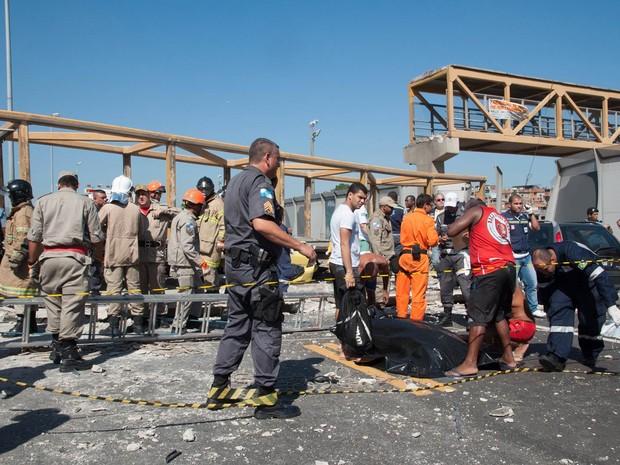 Corpo de uma vítima é coberto no local do acidente na Linha Amarela (Foto: Erbs Jr./Frame/Folhapress)
