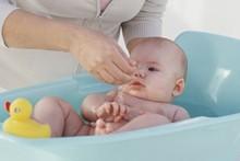 Como dar banho no recém-nascido: pediatra dá dicas Minha Vida Anda Bibi Calçados