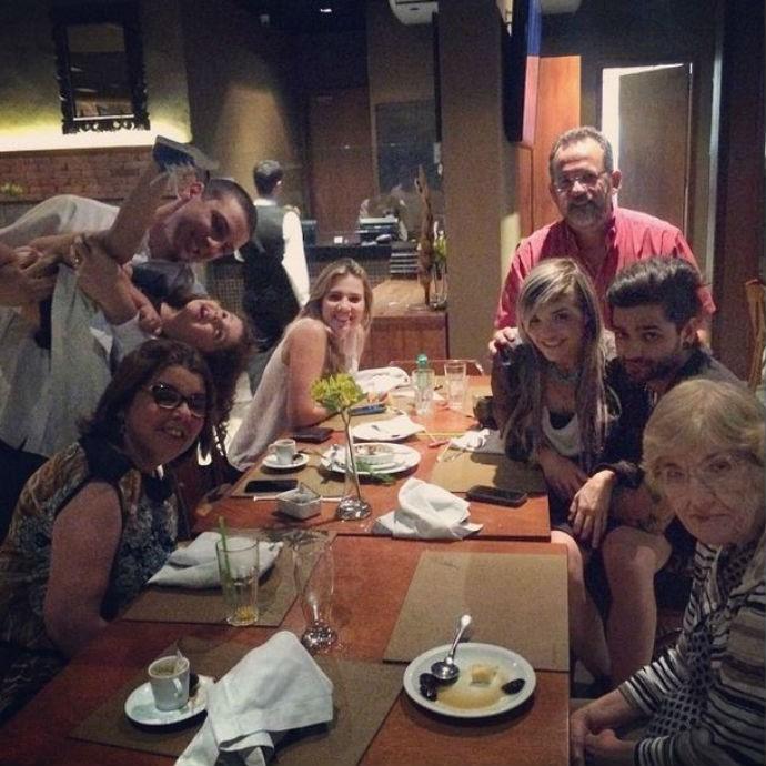 Karen ao lado da família e do namorado comemorando o título (Foto: Reprodução/Instagram)