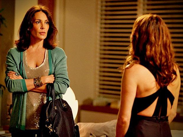 Alexia tenta convencer Verônica a perdoar o marido e garante que eles só tiveram um 'casinho' (Foto: Avenida Brasil/ TV Globo)