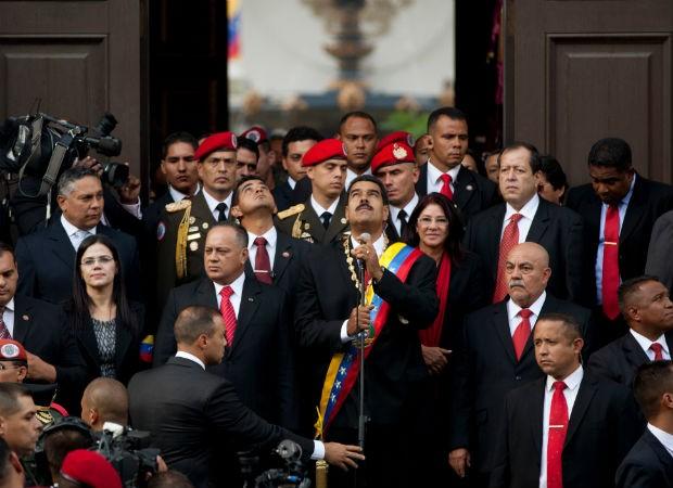 O presidente da Venezuela, Nicolás Maduro, logo após fazer seu juramento na Assembleia Nacional, em Caracas, nesta sexta-feira (19) (Foto: Gil Montano/AP)