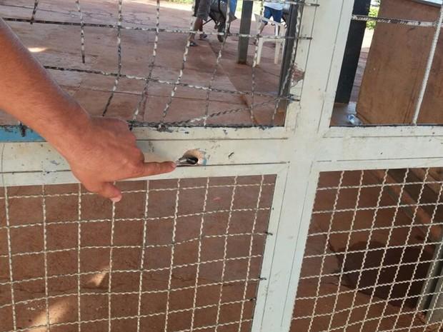 Criminosos efetuaram vários tiros contra servidores de unidade do regime semiaberto, em Goiás (Foto: Reprodução/TV Anhanguera)