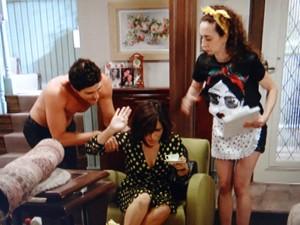 Roberta não resiste ao corpo de Nando (Foto: Guerra dos Sexos / TV Globo)