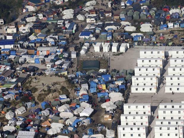 Migrantes vivem acampados, em conteineres e alguns em abrigos prvisórios (Foto: REUTERS/Pascal Rossignol)