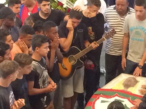 Amigos choram no velório do jogador de futebol da Portuguesa Lucas Jesus dos Santos (Foto: Vivian Reis/G1)