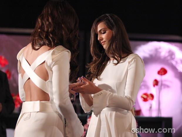 Marina coloca a aliança no dedo de Clara (Foto: Pedro Curi/TV Globo)