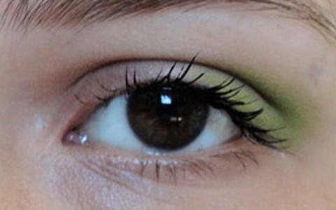 Veja como pintar o canto externo dos olhos com maquiagem neon