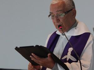 Padre utiliza aplicativos litúrgicos durante celebração de missas (Foto: Jonathan  Lins/G1)