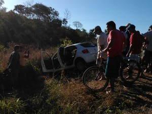 O carro abandonado chamou a atenção de populares  (Foto: Patricia Andrade/G1 Piauí)