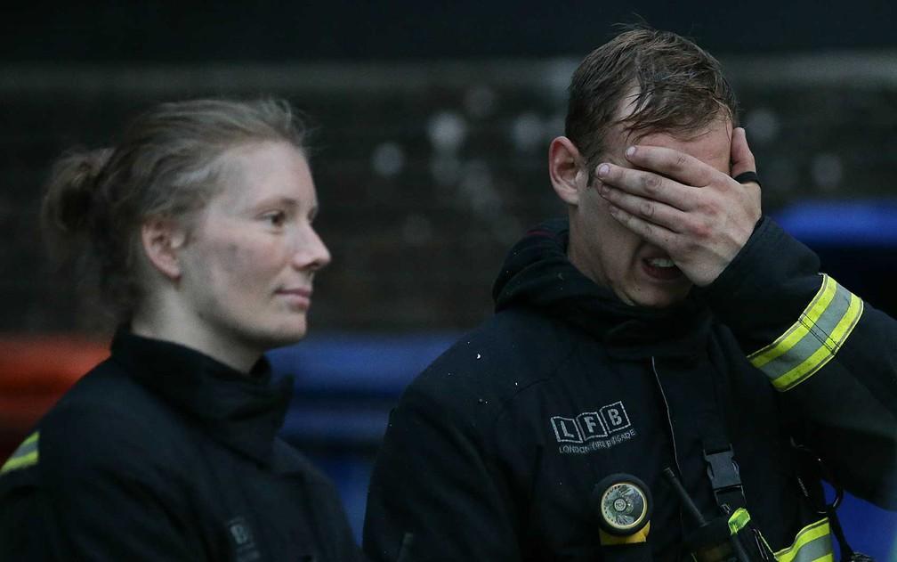 Bombeiros durante trabalho de combate às chamas (Foto: Daniel Leal-Olivas / AFP Photo)