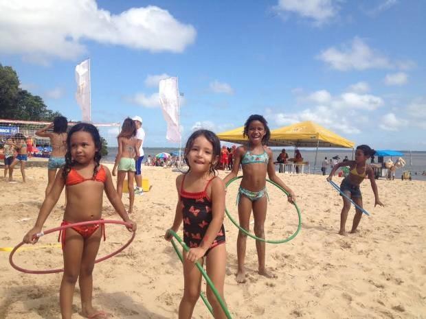 Crianças aproveitaram as atividades recreativas na praia de Outeiro. Verão (Foto: Natália Mello/G1)