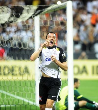 Edu Dracena comemorando Corinthians Goiás (Foto: Marcos Ribolli)