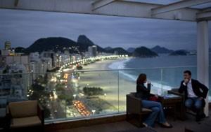 Turistas em hotel de Copacabana (Foto: Associated Press)