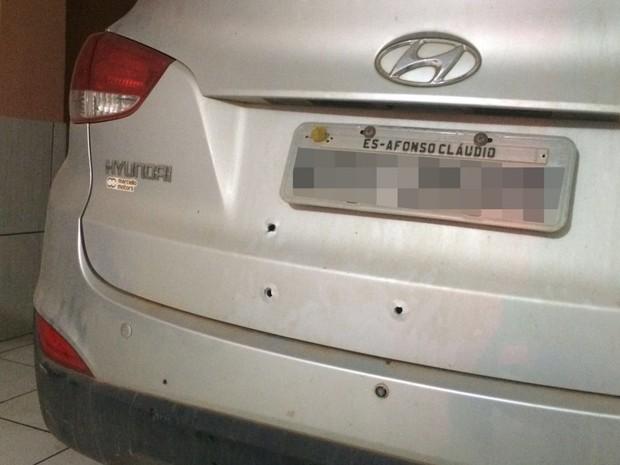 Carro de jornalista foi atingido por oito tiros dentro da garagem em Afonso Cláudio (Foto: Divulgação/ Polícia Civil)