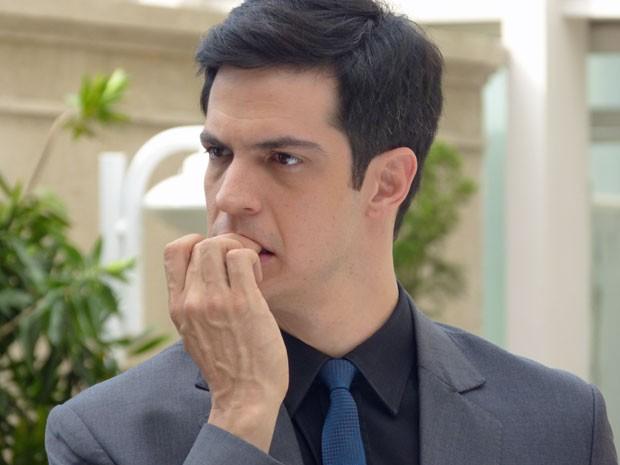 Félix fica com a pulga atrás da orelha (Foto: Amor à Vida/TV Globo)