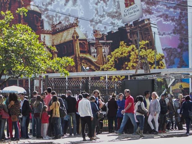 Público faz fila na manhã do dia 19 de julho para ver a exposição 'Castelo Rá-Tim-Bum' no Museu da Imagem e do Som, na zona sul de São Paulo. A mostra comemora os vinte anos do programa infantil da TV Cultura (Foto: MARCO AMBROSIO/ESTADÃO CONTEÚDO)