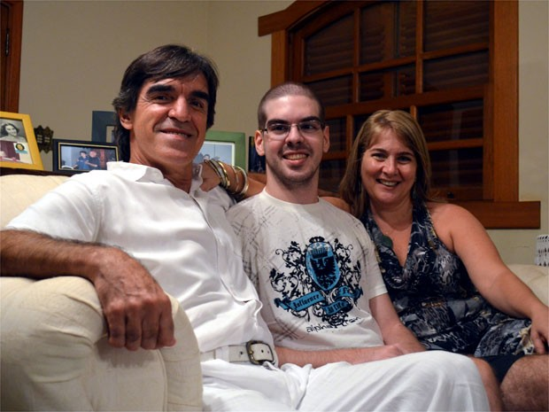 Família que descobriu doença de Alexandre em 2010 hoje comemora sucesso do filho no vestibular (Foto: Rodolfo Tiengo/G1)