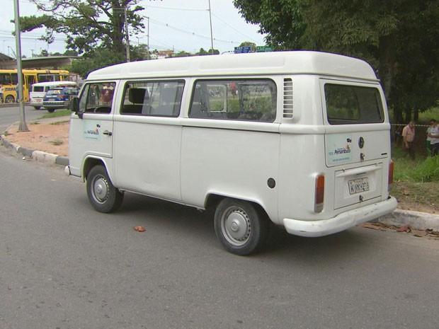 Corpo do suspeito do crime ficou caído sobre um banco do veículo (Foto: Reprodução / TV Globo)