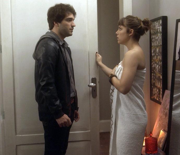 Tiago aparece de surpresa na casa de Isabela (Foto: TV Globo)