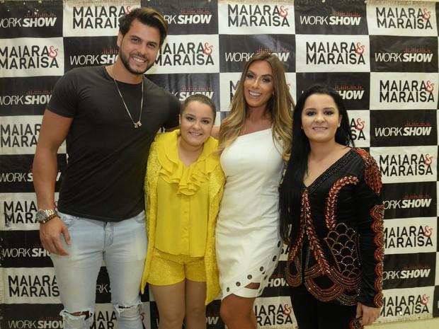 Nicole Bahls e o namorado, Marcelo Bimbi, com Maiara e Maraisa em show na Zona Sul do Rio (Foto: Vinicius Marinho/ Brazil News)