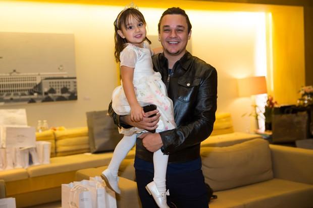 Leandro do KLB com a filha Kiara (Foto: Manuela Scarpa/Brazil News)