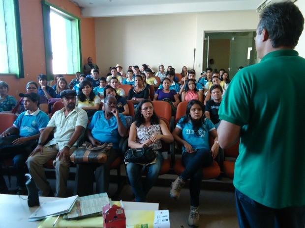 Alunos da escola Barão dos Solimões participam do fórum. (Foto: Taísa Arruda/G1 RO)