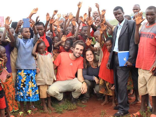 O casal em Burundi conhecendo uma escola (Foto: Think Twice/Divulgação)