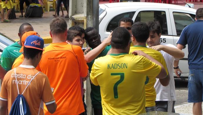 Em Fortaleza, Tioté deixa hotel e fãs aproveitam para tietar marfinense (Foto: Juscelino Filho)