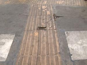 Piso tátil com rachaduras no Terminal Central de Campinas (SP) (Foto: Reprodução/ EPTV)