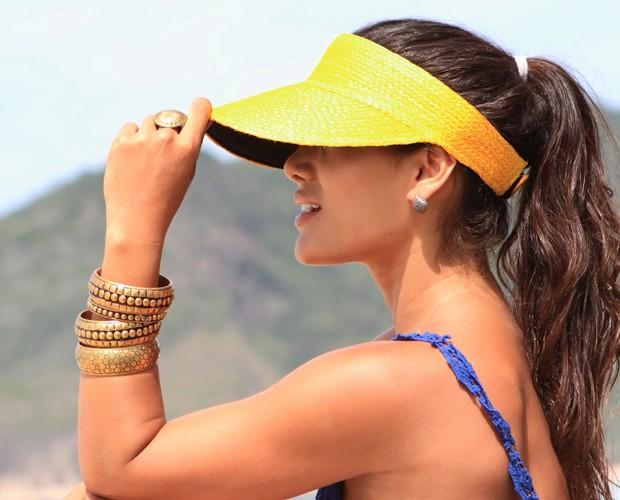 Ana Carolina Oliveira é adepta das viseiras de palha para se proteger do sol (Foto: Manoel Campos)