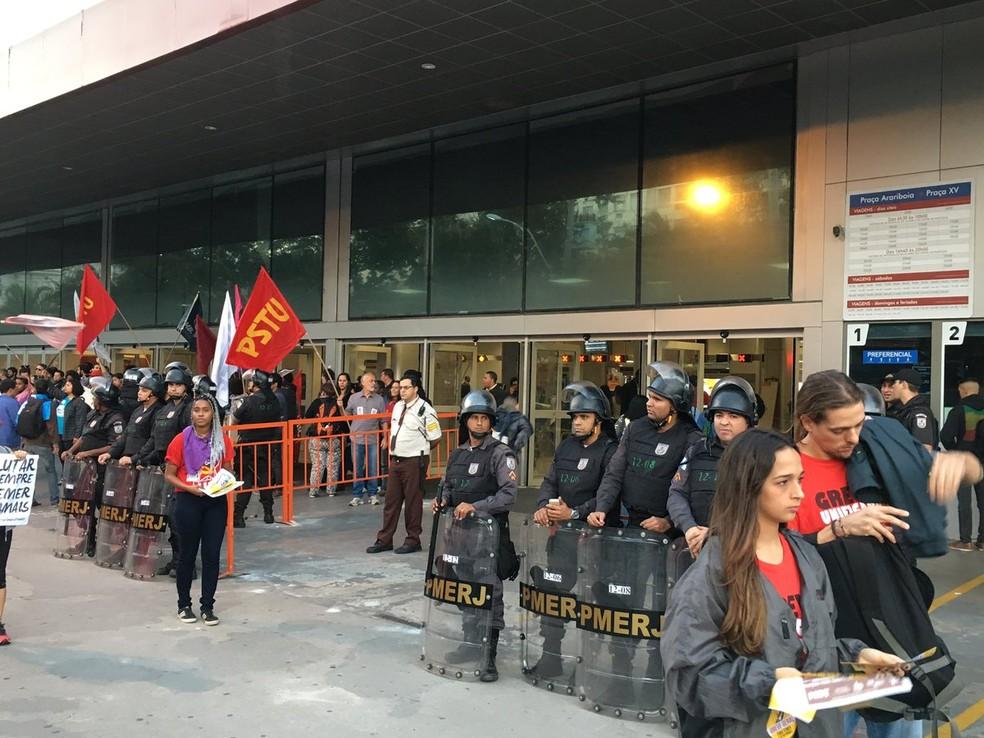 Manifestação não impedia acesso às barcas na estação Araribóia por volta das 6h30 (Foto: Pedro Figueiredo/TV Globo)