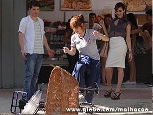 Giovana quebra a bike de Tuninho (Foto: Malhação / TV Globo)