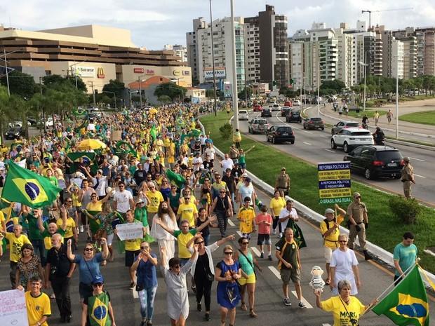 Em Florianópolis, manifestantes caminharam em direção à sede da PF (Foto: Gabriela Machado/RBS TV)