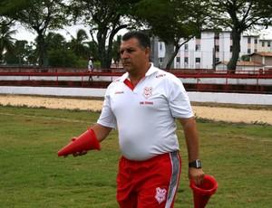Zé Humberto, técnico do Sergipe, no treino desta segunda (Foto: Felipe Martins/GLOBOESPORTE.COM)