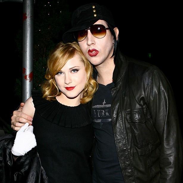"""O cantor Marilyn Manson namorou, entre 2007 e 2010, com a atriz Evan Rachel Wood, quase duas décadas mais nova do que ele. Manson chegou a pedi-la em casamento, mas Evan disse """"não"""". (Foto: Getty Images)"""