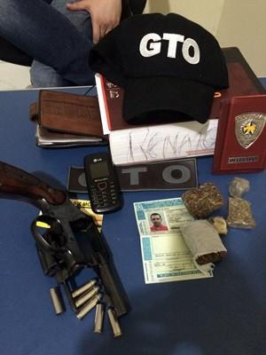 Arma de fogo, munições e maconha foram encontrados na casa do suspeito (Foto: Divulgação/ Sesed)
