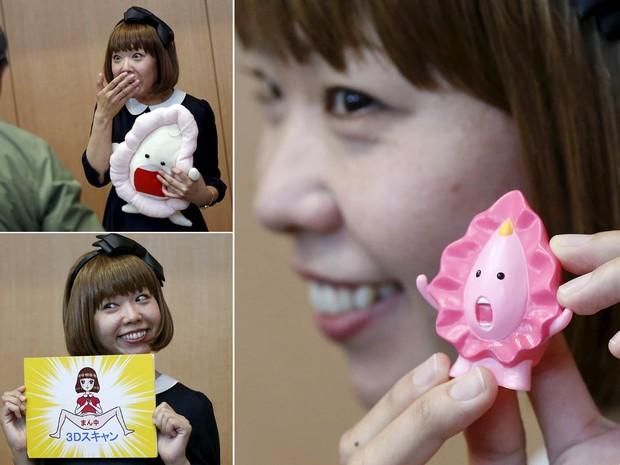 A artista conhecida como Rokudenashiko mostra peças que ela fez com inspiração na vagina, em coletiva de imprensa após sessão de julgamento em Tóquio. Processada no Japão por obscenidade, ela alega que isso só mostra quanto o país está atrás do Ocidente (Foto: Toru Hanai/Reuters)
