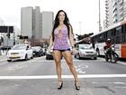 Sue Lasmar para o trânsito na Rua da Consolação, SP