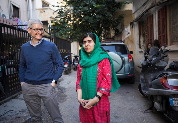 Tim Cook, CEO da Apple, e Malala anunciam parceria para levar 100 mil garotas à escola (Foto: Divulgação Apple)