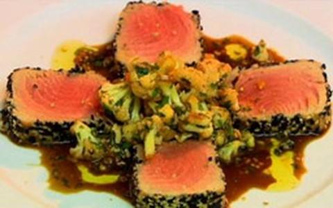 Atum em crosta de gergelim com salada de couve-flor