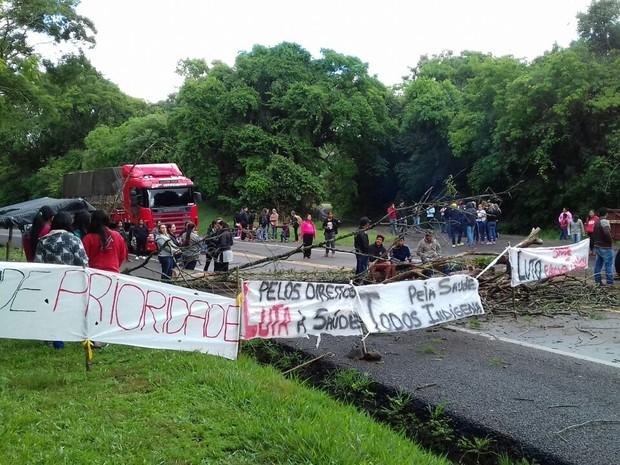 Protesto ocorre na BR-277, em Nova Laranjeiras (Foto: Divulgação/PRF)