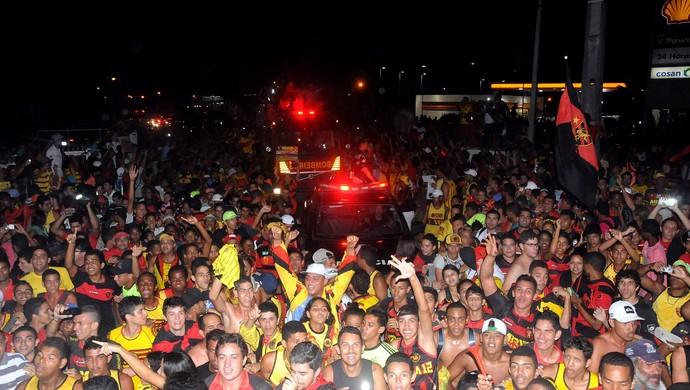 sport torcida aeroporto (Foto: Aldo Carneiro / Pernambuco Press)