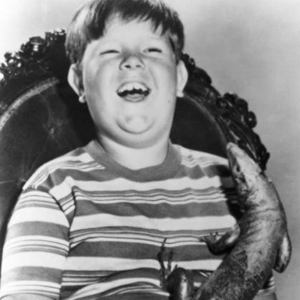 Ken Weatherwax (1955-2014) — Ele já havia parado de atuar há décadas por ordens médicas. Ken, conhecido por interpretar o Feioso na série 'A Família Addams' (1964–1966), acabou morto por um ataque do coração. (Foto: Divulgação)