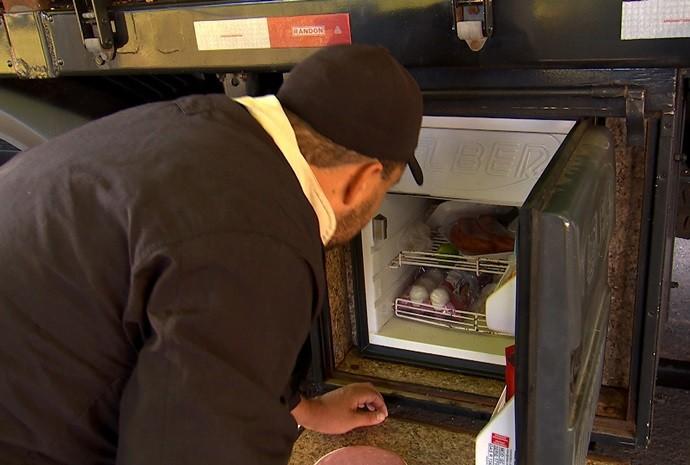 Jeitinho brasileiro ajuda na hora de estocar os alimentos e utensílios (Foto: Reprodução / TV TEM)