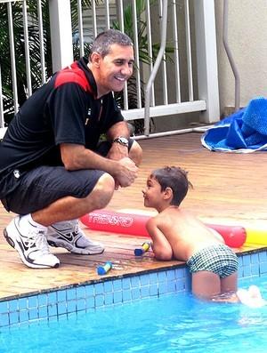 Neto brinca com o filho Mateus na piscina (Foto: Danielle Rocha)